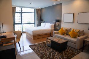 תמונה של חדר מעוצב עם רהיטים בהתאמה אישית
