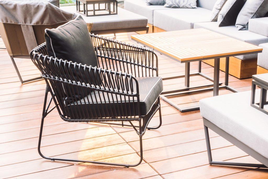 תמונה של סלון מעוצב עם רהיטים מעוצבים מעץ מלא