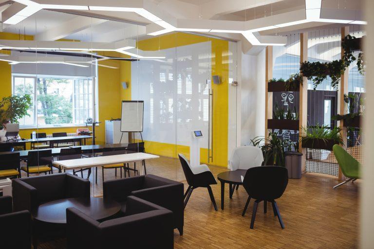 תמונה של משרד עם רהיטים מעוצבים