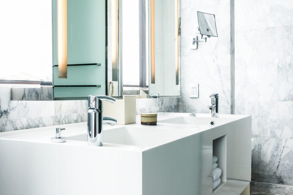 חדר אמבטיה עם עיצוב רהיטים בהתאמה אישית