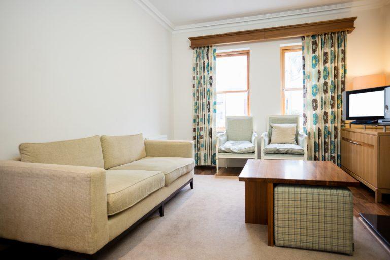 תמונה של בית עם רהיטים מעוצבים מעץ מלא