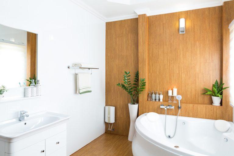 חדר אמבטיה עם רהיטים מעוצבים מעץ מלא