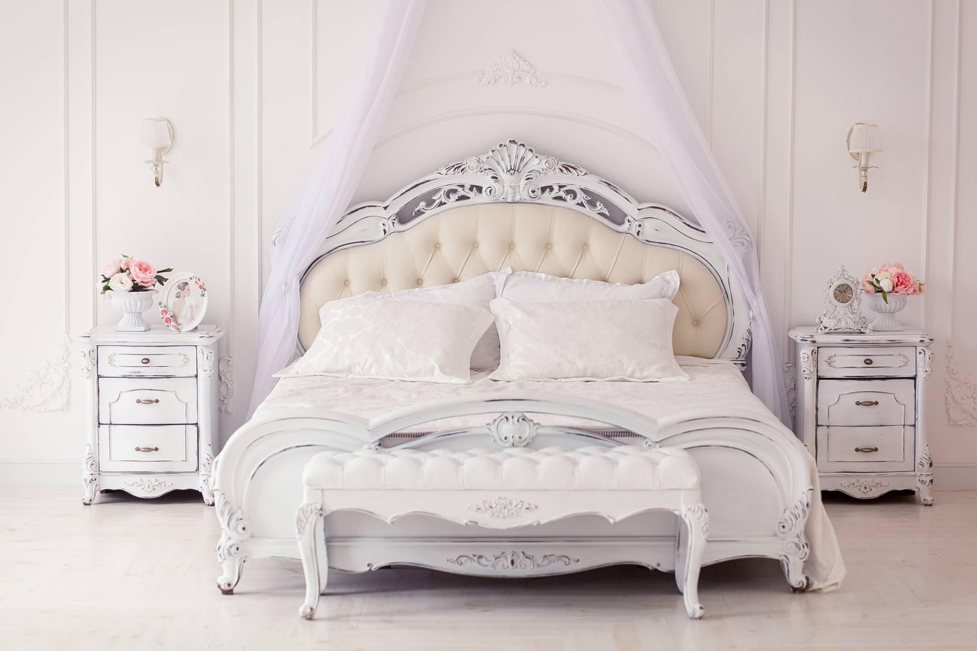 תמונה של חדר שינה עם רהיטים מעוצבים מעץ מלא