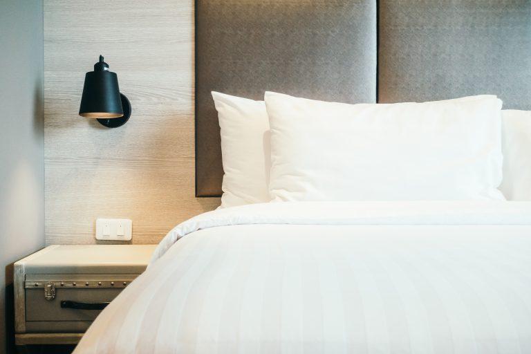 תמונה של חדר שינה עם עיצוב רהיטים בהתאמה אישית