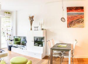 תמונה של פינת אוכל עם רהיטים מעוצבים מעץ מלא