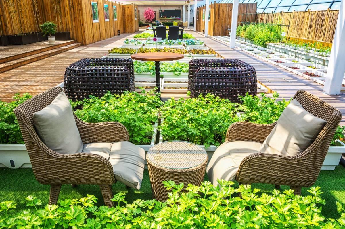 ריהוט למרפסת בדירת גן מפנקת: רהיטים שפשוט חייבים