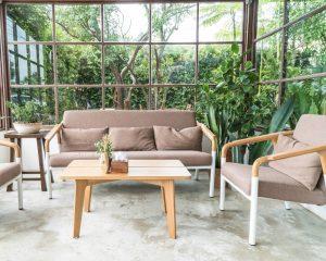 תמונה של חצר עם רהיטים מעוצבים מעץ מלא