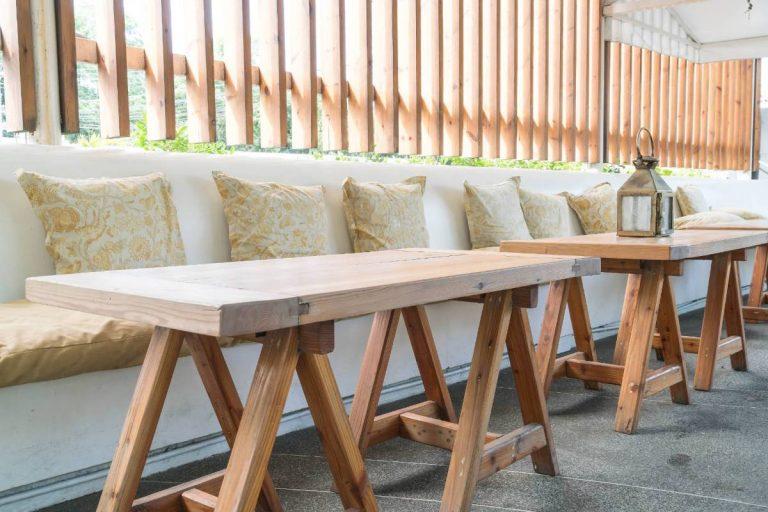 תמונה של חצר עם רהיטים בעיצוב אישי