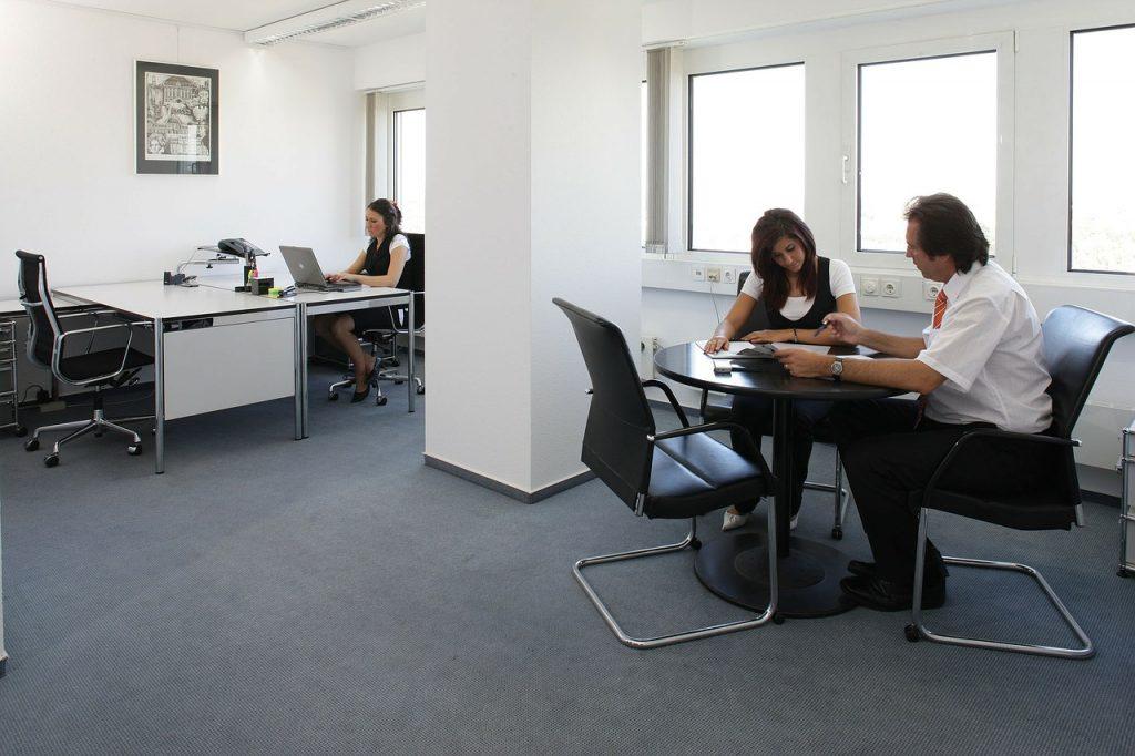 ריהוט משרדי בהתאמה אישית מעץ מלא